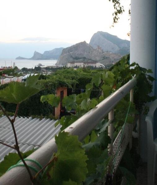 красивый вид из гостевого дома на море и горы в Судаке