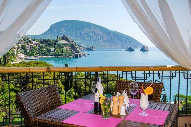 красивый вид из ресторана отеля на море в Гурзуфе