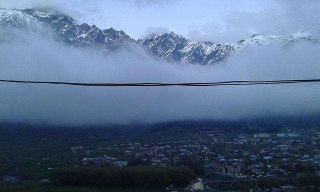 красивый вид на горы в поселке Казбеги в Грузии
