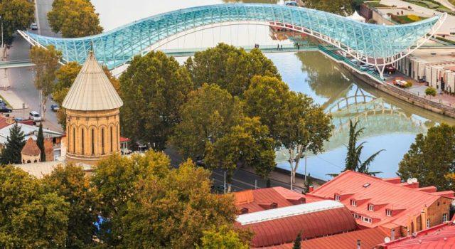 красивый вид на мост Мира в Тбилиси