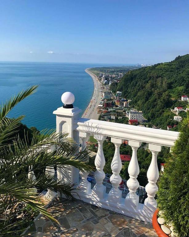 красивый вид на море в Грузии с горы
