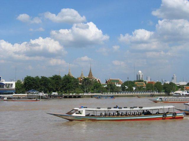 Красивый вид из отеля на реку и Буддийский храм в Бангкоке
