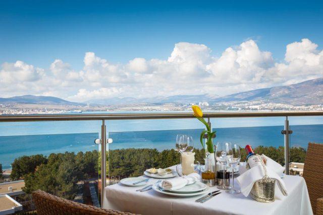 красивый вид на море из ресторана отеля в Геленджике