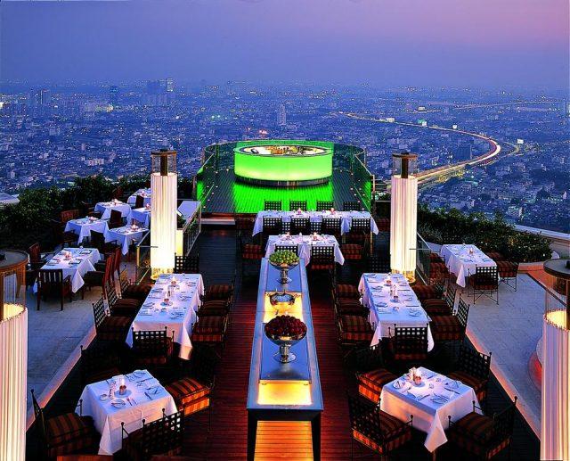 Красивый вид на ночной Бангкок из ресторана отеля