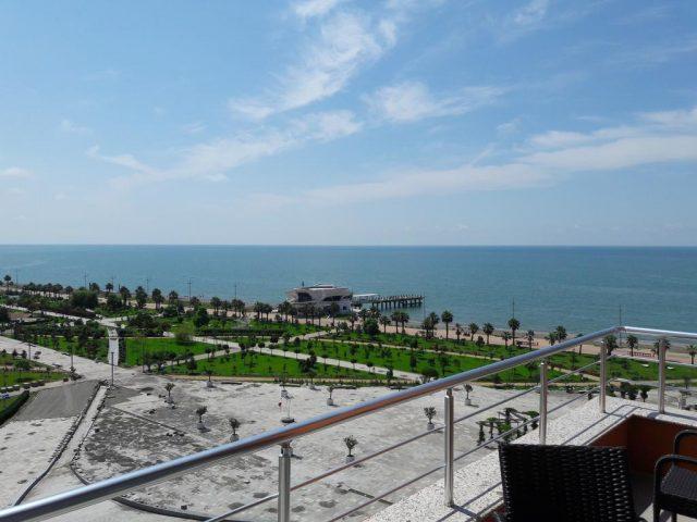 красивый вид из окна бизнес-отеля на море в Батуми