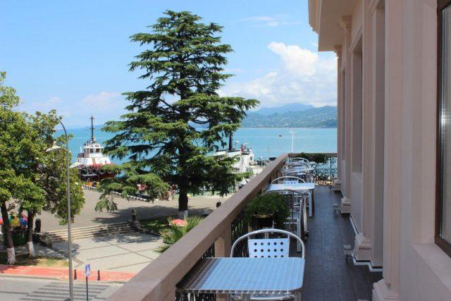 красивый вид из окна мини-отеля на море в Батуми