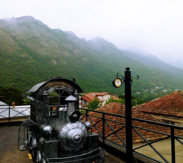 красивый вид на горы в Грузии в поселке Мцхета