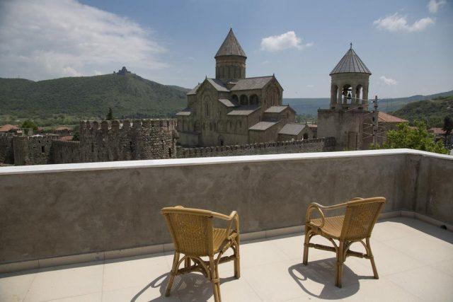 вид из отеля на горы и собор Светицховели