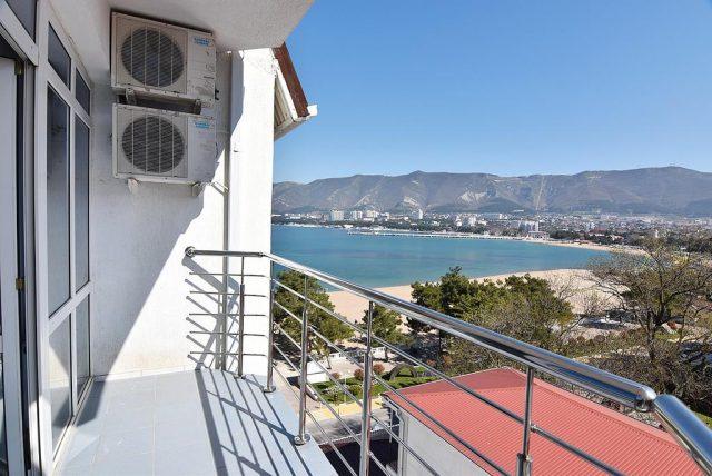 красивый вид на море и горы из окна отеля в Геленджике