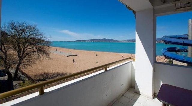 красивый вид на море и песчаный пляж из окна гостиницы в Геленджике
