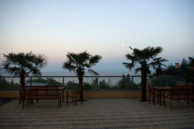 красивый вид на море с площадки отеля в Гурзуфе