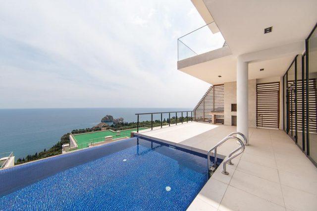 красивый вид на море с балкона отеля в Гурзуфе