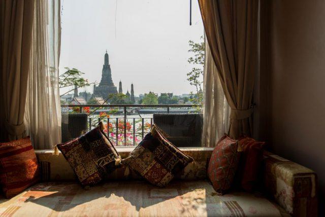 красивый вид из окна отеля на буддийский храм в Бангкоке