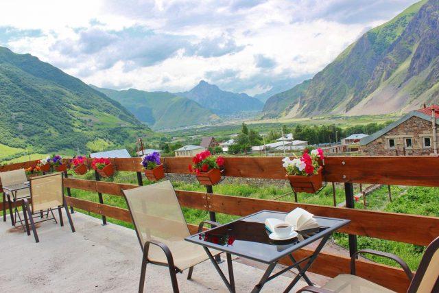 красивый вид на горы в Грузии в поселке Казбеги из гостевого дома
