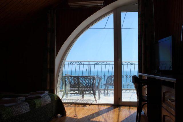 красивый вид на море из номера отеля в Судаке
