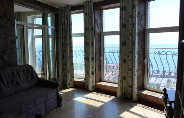 вид на море через окна в пол