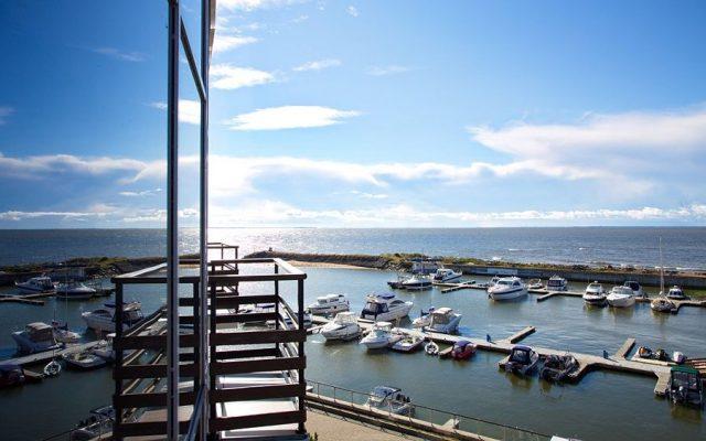 красивый вид на Финский залив и яхт-клуб из Загородного Клуба Терийоки в Зеленогорске