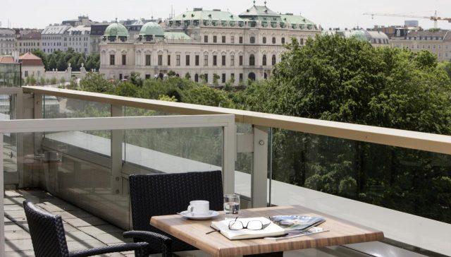 красивый вид из отеля на Бельведер в Вене