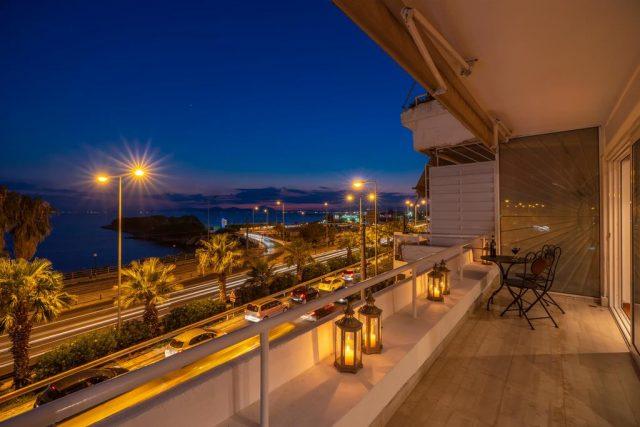 красивый вид на ночное побережье Афин с балкона апартаментов