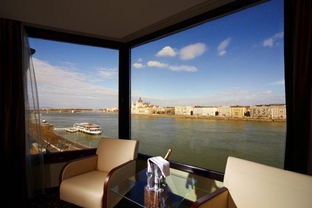 красивый вид из панорамного окна на Дунай и Буду в Будапеште