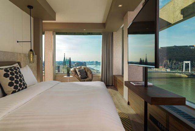 красивый вид на Дунай и Навесной мост из панорамного окна отеля