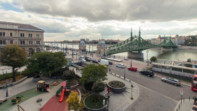 красивый вид на Мост Свободы в Будапеште с балкона отеля