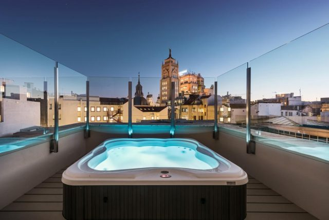 красивый вид на ночной Мадрид с террасы отеля