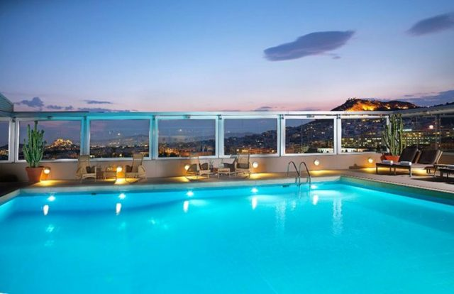 шикарный вид из бассейна отеля на Афины и достопримечательности