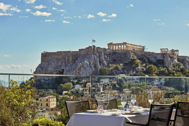 красивый вид на Акрополь из ресторана отеля в Афинах