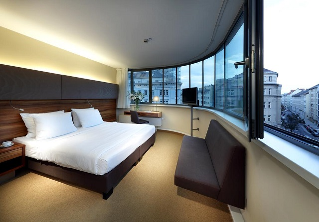 красивый вид на Вену через панорамное окно в номере отеля