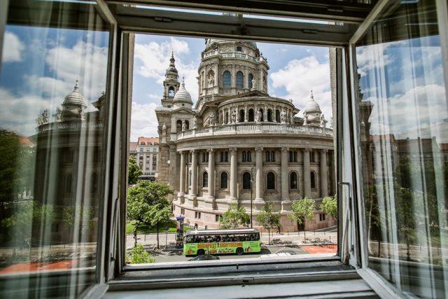 красивый вид на базилику Святого Стефана из окна апартаментов