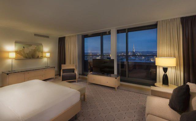 красивый вид на Вену через панорамное окно в пол