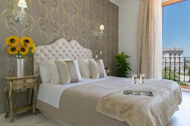 красивый вид из спальни отеля на сады Сабатини и королевский дворец