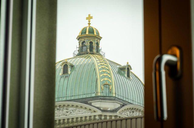 красивый вид из отеля на Федеральный дворец Берн