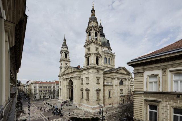 красивый вид на Базилику Святого Стефана из окна отеля