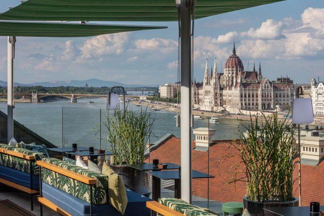 красивый вид на здание венгерского парламента и Дунай из отеля в Будапеште