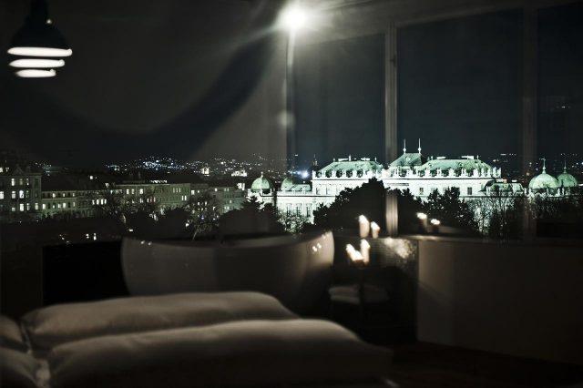 красивый вид на Бельведер через панорамное окно отеля