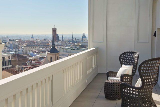 красивый вид с балкона отеля на достопримечательности Мадрида