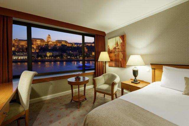 красивый вид через панорамное окно отеля на Дунай и достопримечательности Будапешта