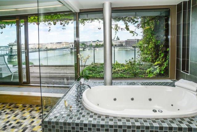шикарный вид на Дунай и достопримечательности Будапешта из ванной в отеле