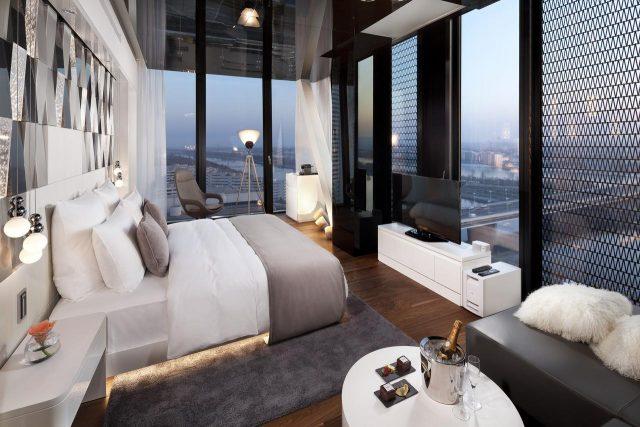 шикарный панорамный вид на достопримечательности Вены из окна в пол в номере отеля