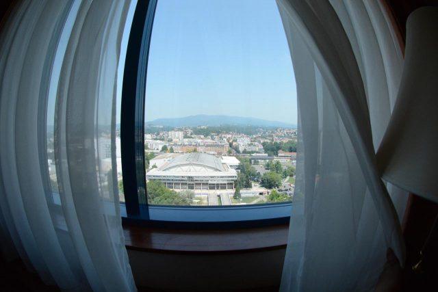 красивый вид на Загреб из окна отеля