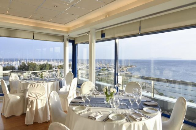 красивый вид из ресторана отеля на море в Афинах