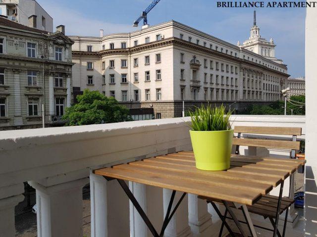 красивый вид на город из окна отеля в Софии