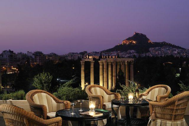 красивый вид на Храм Зевса из ресторана отеля в Афинах