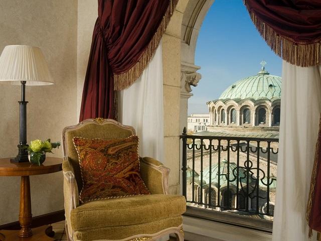 красивый вид из отеля на Кафедральный патриарший собор Болгарской Православной Церкви