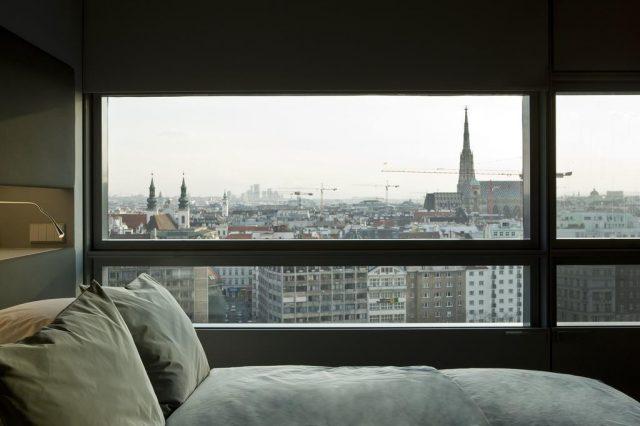 шикарный вид на достопримечательности Вены через панорамное окно в номере отеля