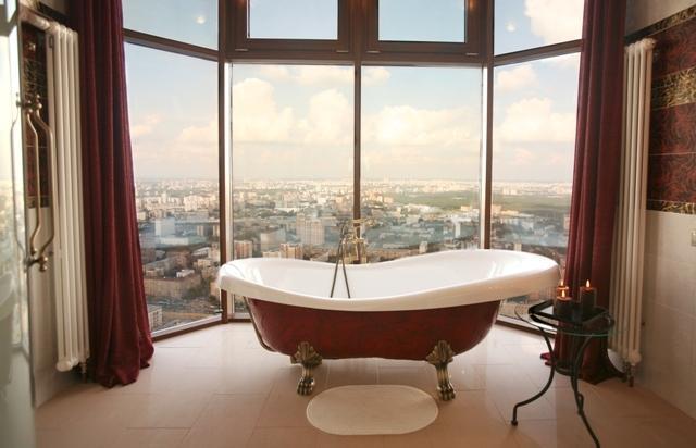 панорамный вид на Москву из ванной в отеле