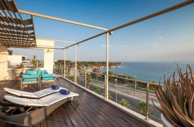 Красивый вид на набережную в Афинах с балкона отеля
