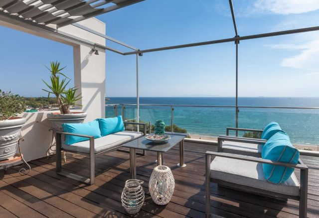красивый вид на море в Афинах с балкона отеля
